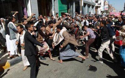 """موظفون بلا رواتب… """"جبايات الحوثيين"""" تدفع اليمنيين إلى دائرة الفقر…!"""