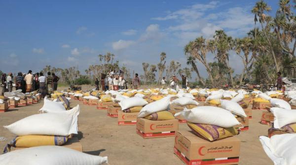 الإمارات تقدم قافلة مساعدات غذائية لأهالي الجاح بمديرية بيت الفقية