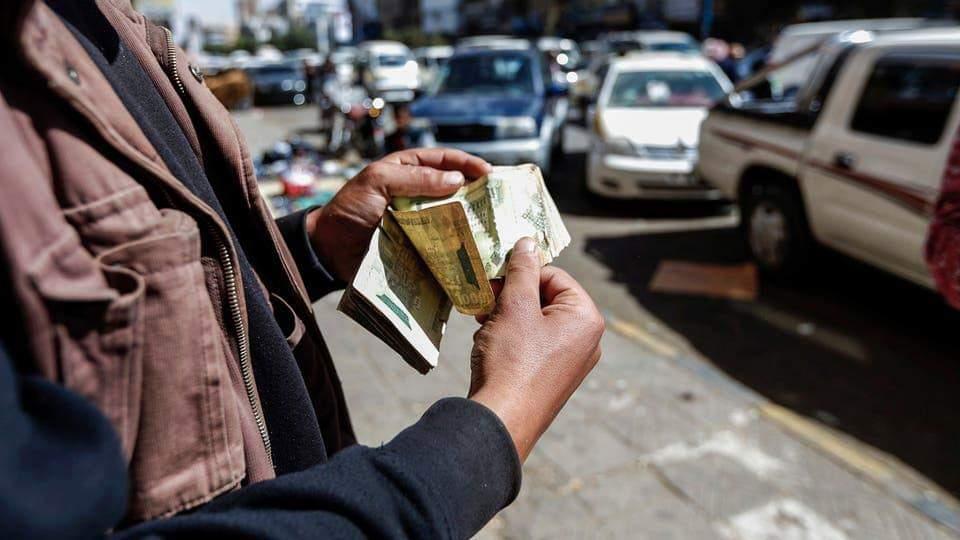 غضب عارم في الشارع بسبب منع الحوثيين تداول العملة الوطنية