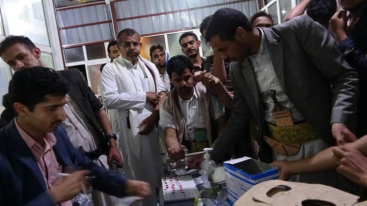 مليشيا الحوثي تُلزم موظفي المالية بالتبرع بالدم لدعم جرحاها
