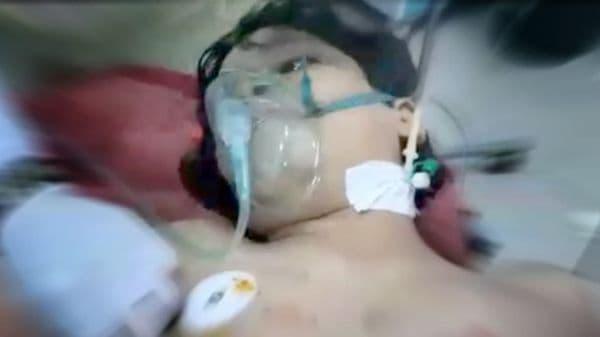 فيديو.. آخر كلمات طفل قتله صاروخ حوثي في مأرب قبل انقطع النفس عنه