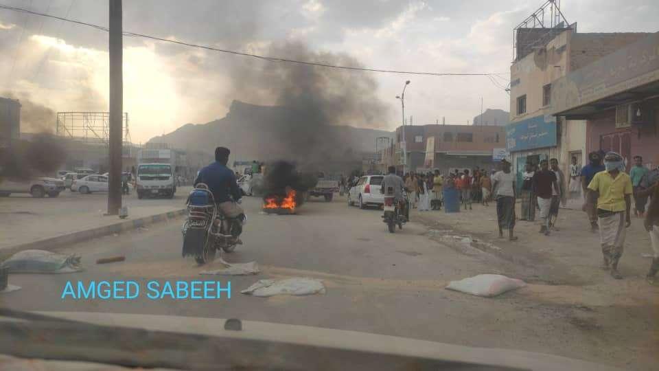 محتجون يقطعون طريقاً رئيسية في تريم